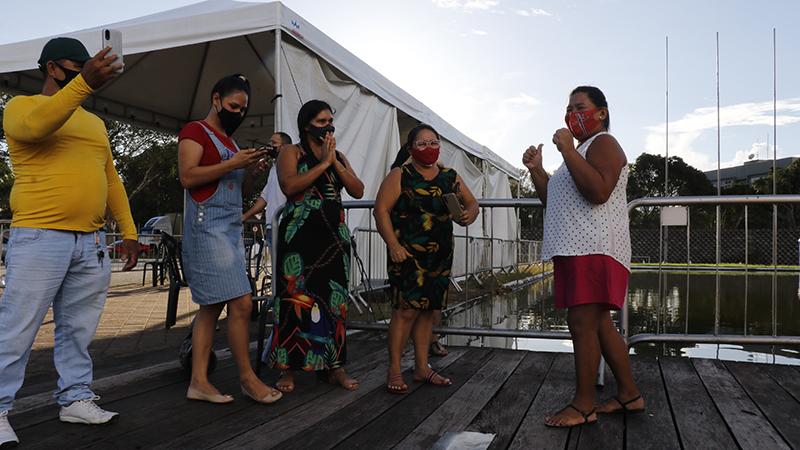 Familiares comemoram alta de paciente do hospital de campanha do Hangar