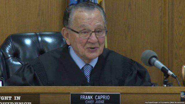 Frank Caprio, de 80 anos, atua na a cidade de Providence, em Rhode Island, nos Estados Unidos