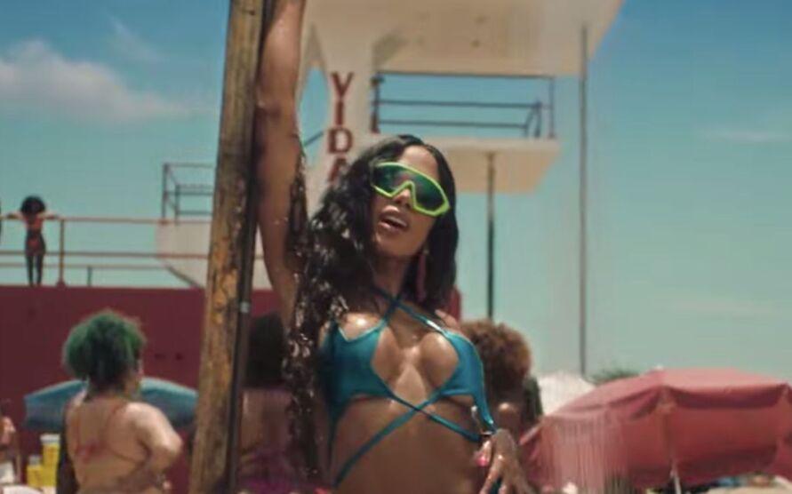 Imagem ilustrativa da notícia: Anitta usa transparência e deixa seios à mostra em festa