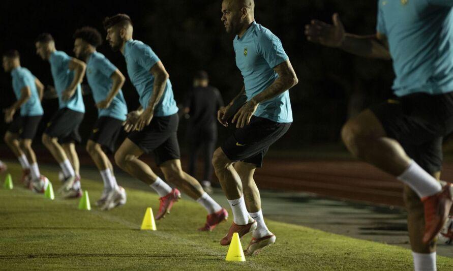 lateral direito Daniel Alves, de 38 anos, que é o jogador mais vitorioso na história do futebol mundial