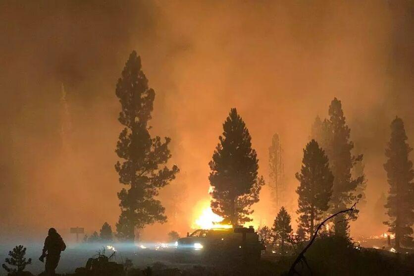 Há uma área equivalente a 400.000 campos de futebol ardendo em chamas.