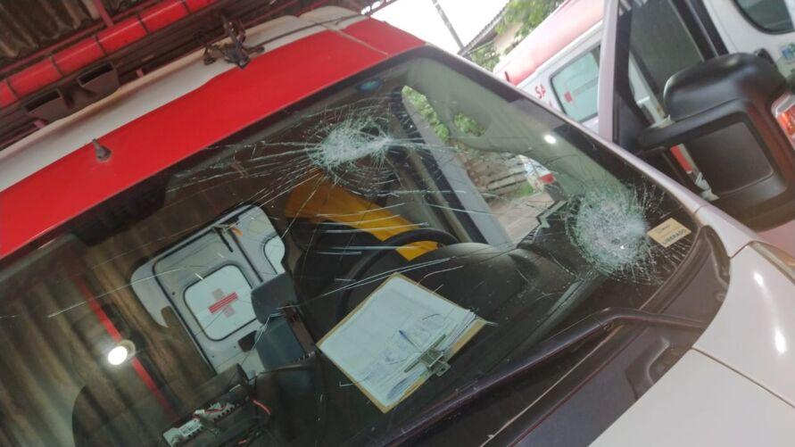 O homem atirou pedras em direção a ambulância acertando na parte de cima do para-brisa. Em seguida,  deu duas pedradas na lateral da ambulância, onde quase acertou o enfermeiro identificado por Josiel.