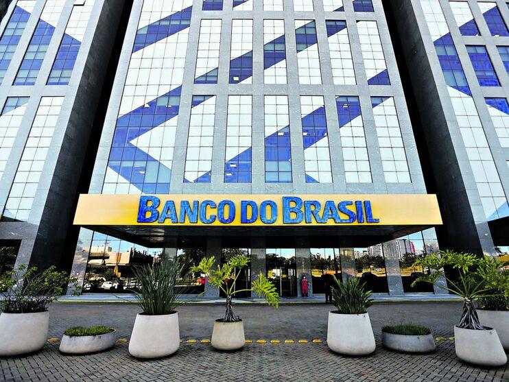 No Banco do Brasil, a remuneração inicial é de R$ 3.022,37, além de outras vantagens como auxílio refeição e cesta alimentação