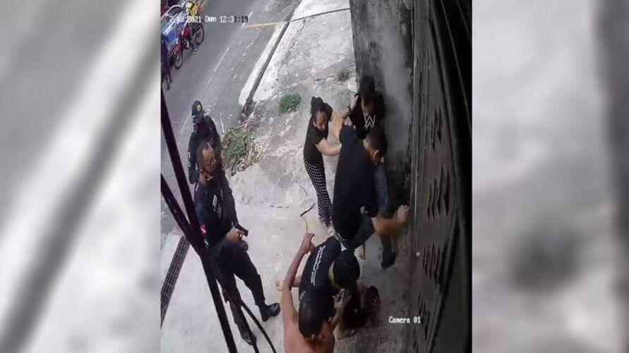 Antes de conseguir invadir a casa da vítima, assaltante foi rendido pela PM e ainda tomou uma surra de populares