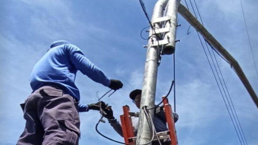 Técnicos repõem fios furtados.