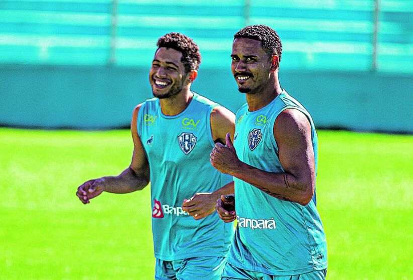 Marlon e Marcelo treinam em ritmo de descontração para o duelo de hoje.