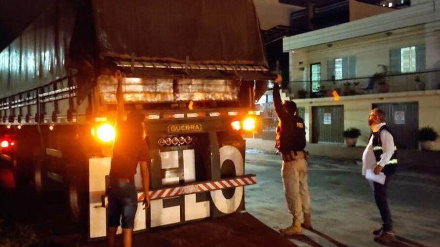 A PRF flagrou um caminhão que transportava 9.408 caixas de cerveja