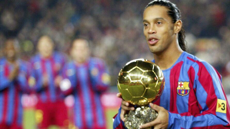 Ronadinho com com a Bola de Ouro quando atuava pelo Barcelona.