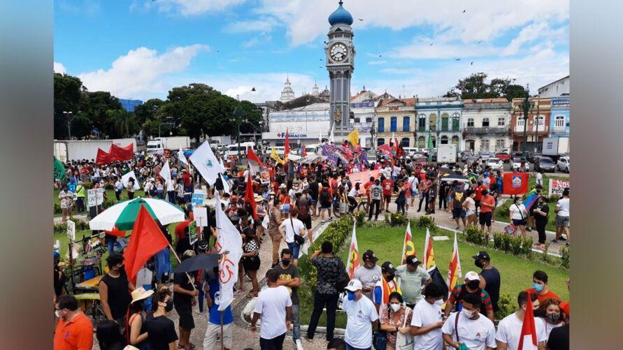 Praça do Relógio ficou lotada de gente pedindo pela saída do presidente.