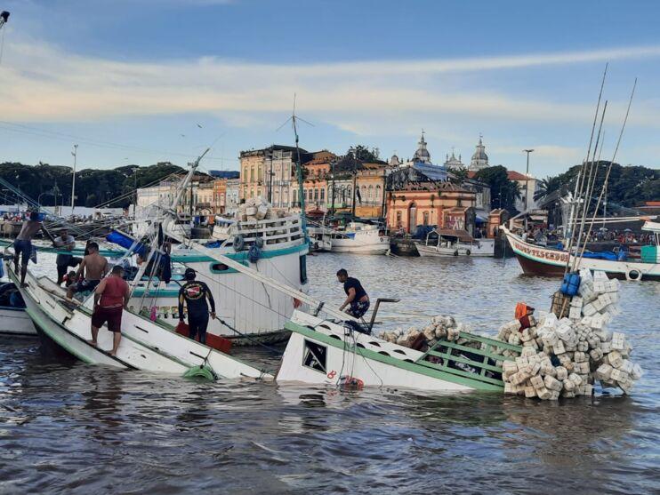 Imagem ilustrativa da notícia: Barco pesqueiro afunda no Ver-O-Peso; veja o vídeo!