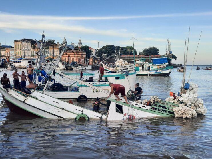 Imagem ilustrativa da notícia: Embarcação naufraga no Ver-o-Peso