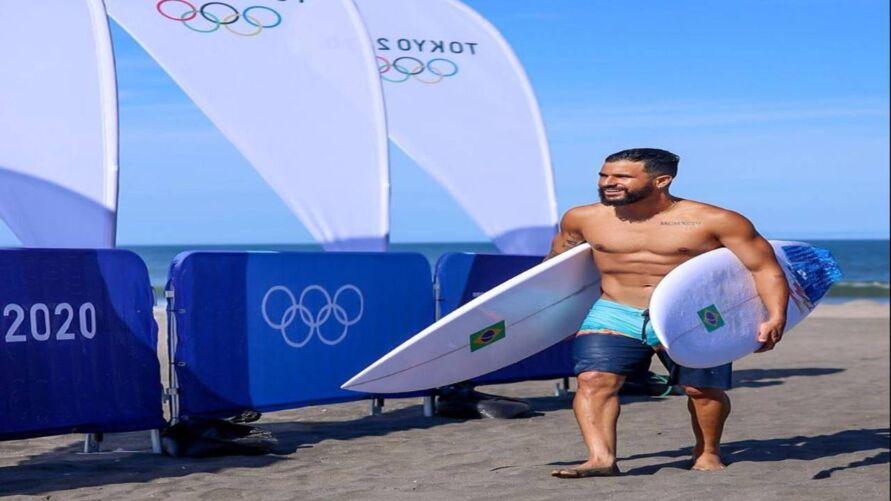 Imagem ilustrativa da notícia: Ítalo Ferreira arranca suspiros ao posar sem camisa com ouro