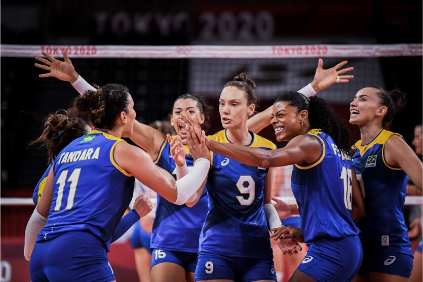 Jogadoras do Brasil comemoram ponto durante jogo contra a Sérvia