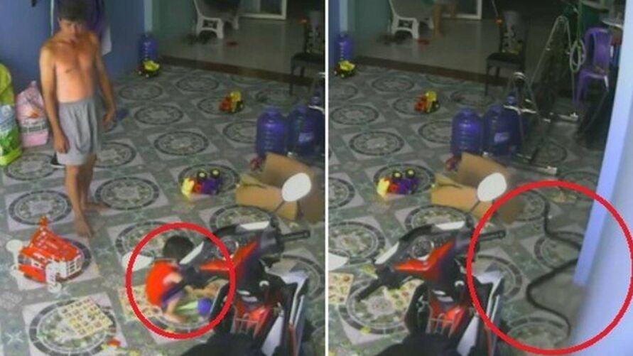 Cobra tenta acatar bebê que está brincando na garagem de uma residência.