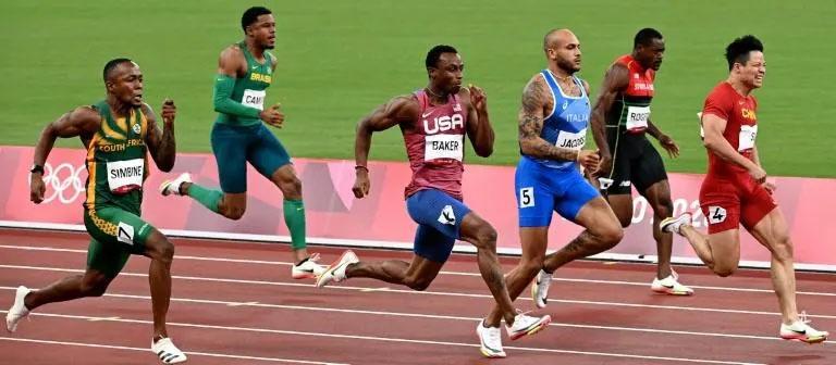 O chinês Su Bingtian (dir.) venceu a semifinal dos 100 metros masculino em que Paulo André Camilo terminou em oitavo no Estádio Olímpico de Tóquio em 1º de agosto de 2021