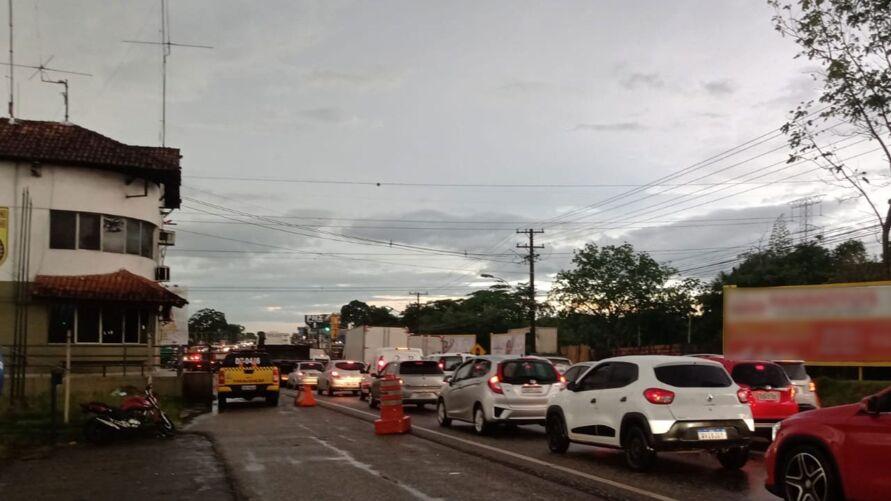 Agentes de trânsito abriram um retorno no local para dar fluidez na via