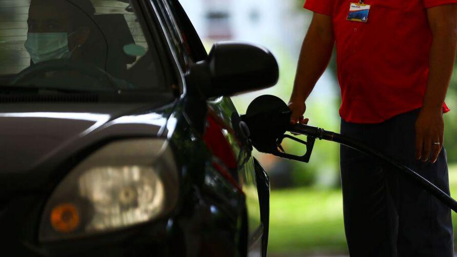 O temor de andar de carro e ficar sem combustível é proporcional ao de ficar sem dinheiro para comprar o líquido neste momento tão precioso
