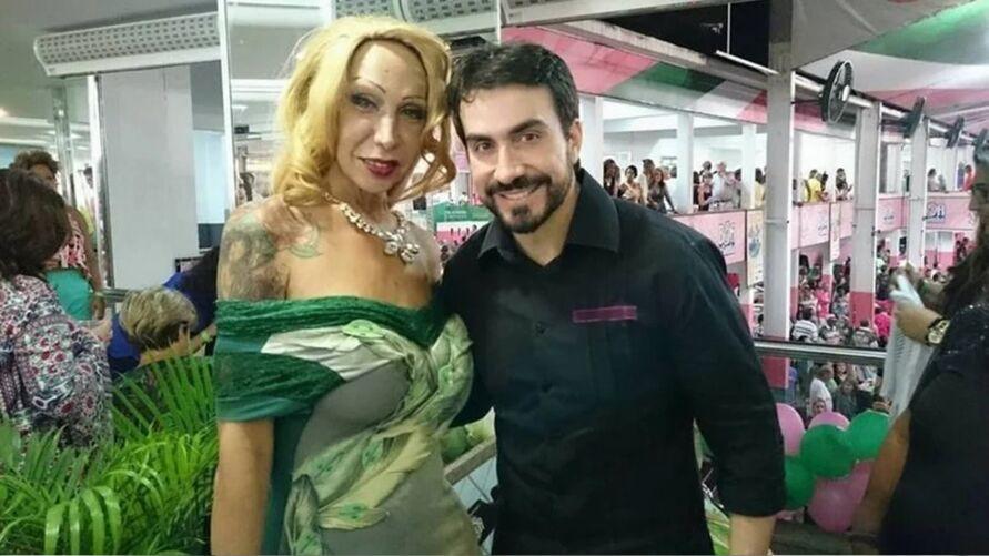 A travesti Luana Muniz com o padre Fábio de Melo.