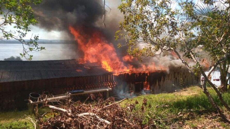 Durante os conflitos no mês passado, casas foram incendiadas
