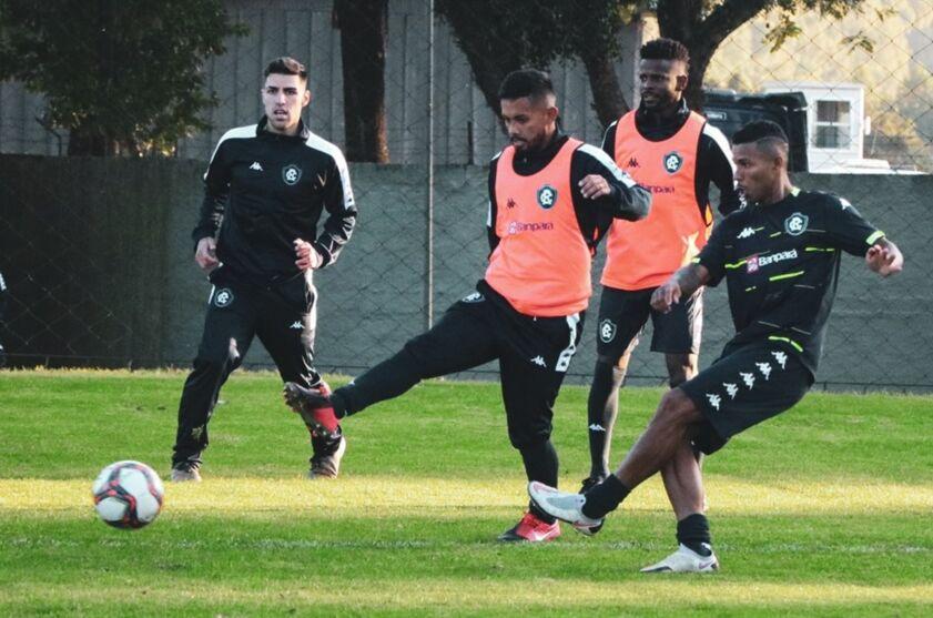 Lateral esquerdo Marlon (centro) está de volta aos treinos e poderá ser a novidade no Clube do Remo diante do Cortiba-PR