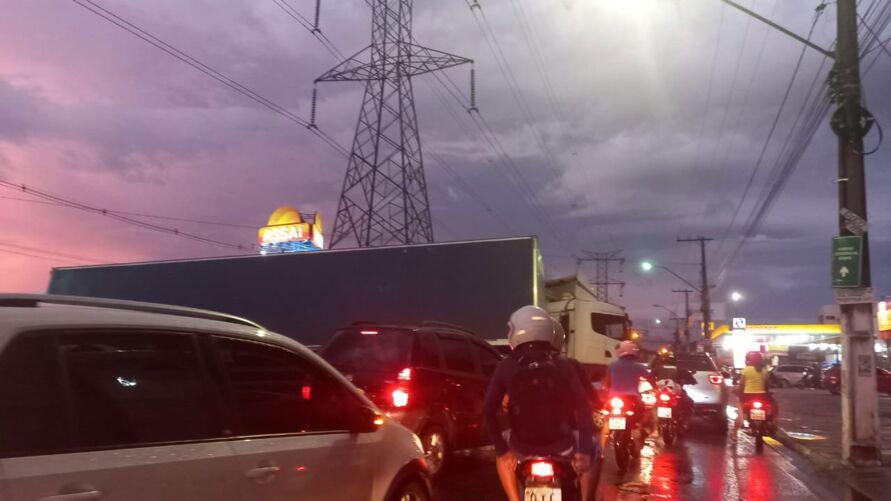 Trânsito está parado nas proximidades