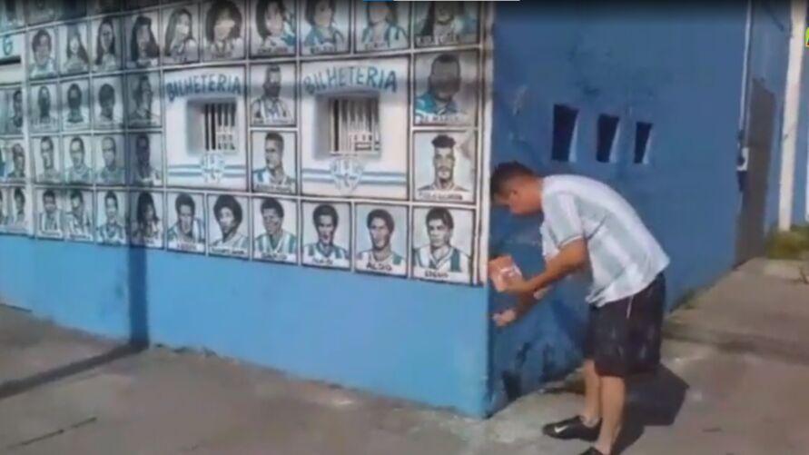 """Imagem ilustrativa da notícia: Torcedor joga sal grosso pra tirar """"zica"""" da Curuzu. Veja"""