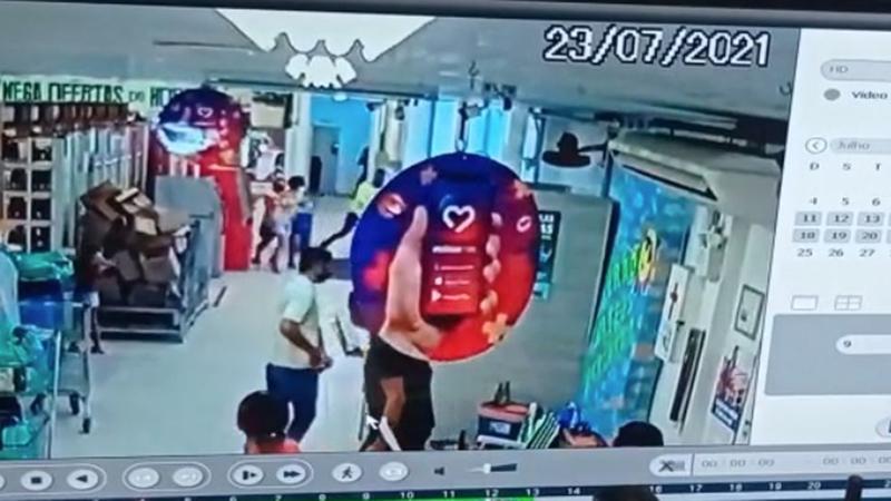 Imagens da câmera de segurança registraram a correria e tiros