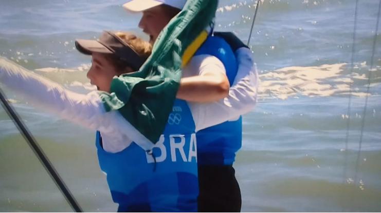 Martine Grael e Kahena Kunze comemoram o feito inédito do bicampeonato