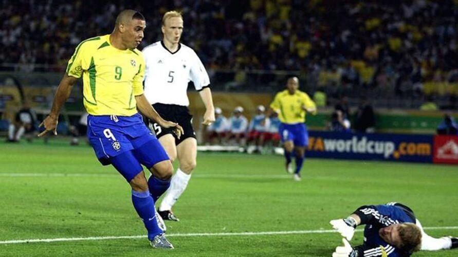 Ronaldo comemora o gol do Penta. Fenômeno está de idade nova hoje.