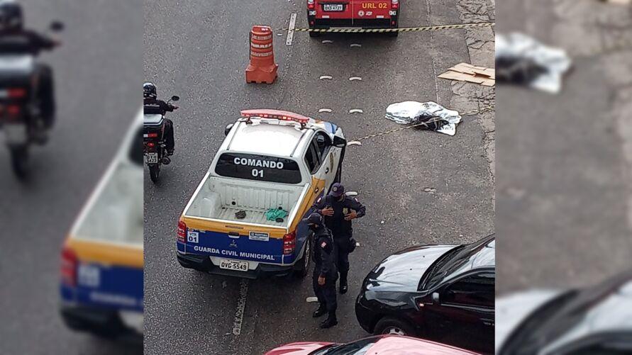 Imagem ilustrativa da notícia: Vídeo: homem morre atingido por viatura em frente a shopping