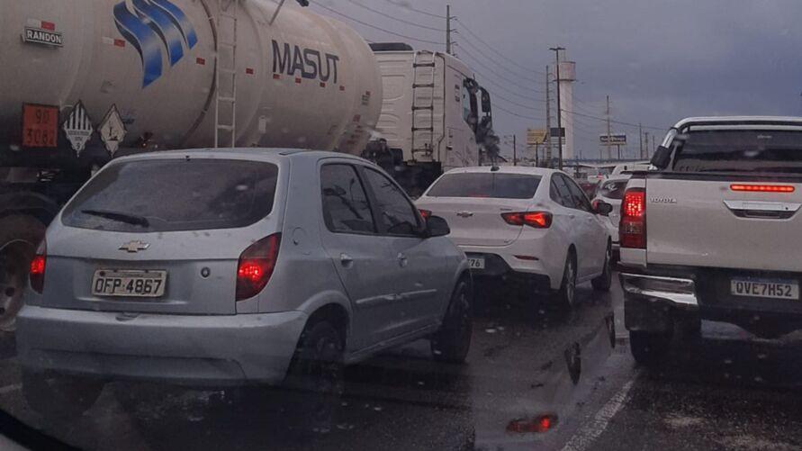O trânsito ficou aparado após o acidente