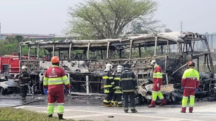 Ônibus pegou fogo após acidente na via Dutra