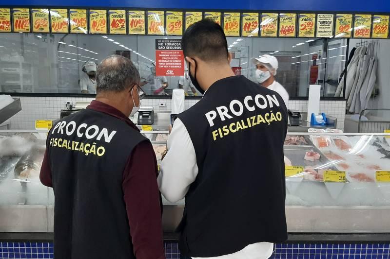 Fiscais do Procon em ação de fiscalização em supermercado nesta sexta-feira (8), a iniciativa teve a parceria do Ministério Público
