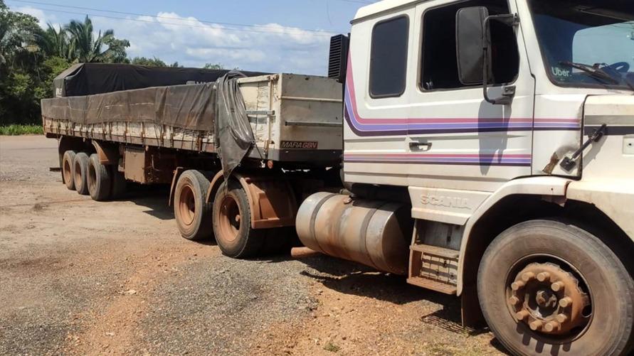 O caminhão apreendido pela Sefa quando seguia para Minas Gerais, com 31.5 toneladas de minério de ferro com nota fiscal irregular