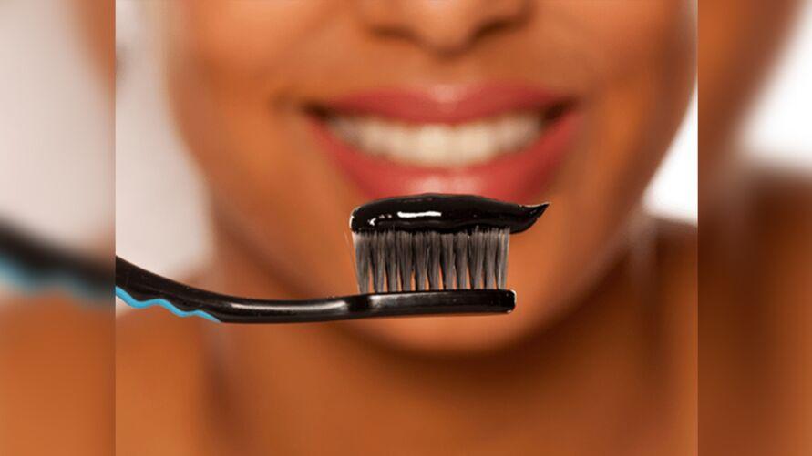 Imagem ilustrativa da notícia: Clareamento dental: saiba os riscos de usar carvão ativado