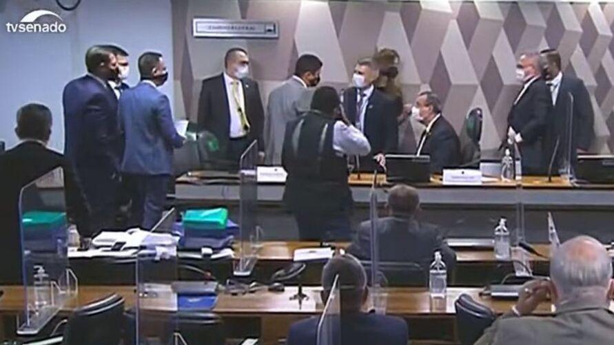 Imagem ilustrativa da notícia: Ataque de ministro à senadora acaba em discussão na CPI
