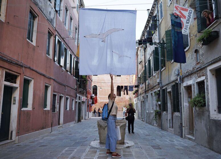 A fisionomia de Veneza, na Itália, está sendo modificada com uma grande exposição a céu aberto da paraense Jaqueline Lisboa.