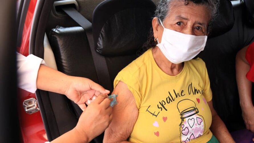 Idosos recebem dose de reforço contra a covid-19