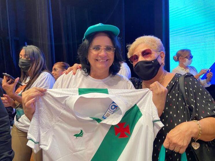 Ministra Damares Alves recebe camisa da Tuna Luso Brasileira das mãos da presidente Graciete Maués.
