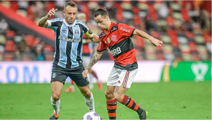Rafinha, do Grêmio, e Michael, do Flamengo, disputam bola em duelo no Maracanã, pela Copa do Brasil