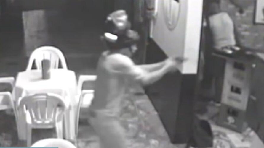 Ação criminosa foi registradas por câmeras de segurança