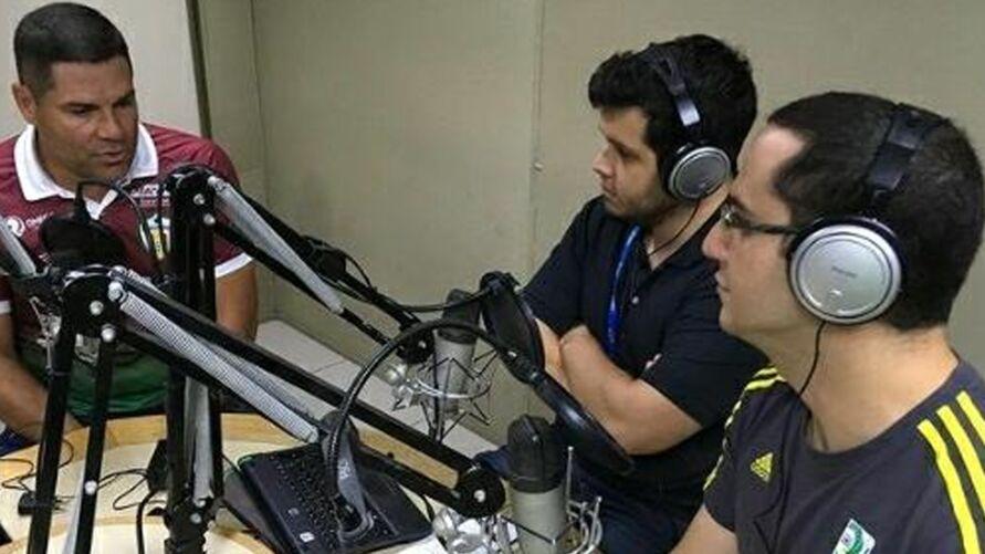 Membros do canal em programa na Rádio Clube