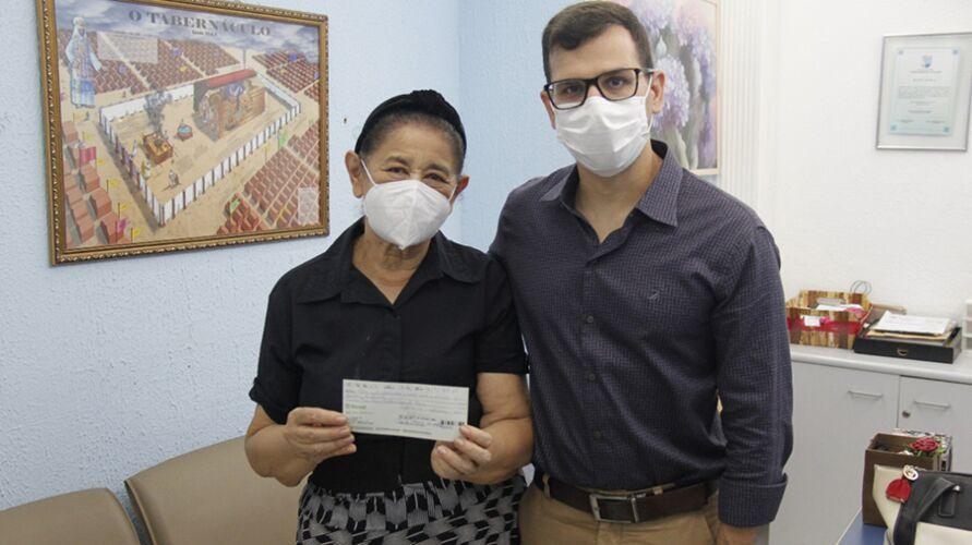 Noemi recebe cheque do médico Bruno Matos, presidente da Saepa