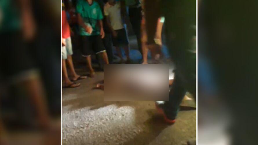 Segundo testemunhas, vítima teria se desequilibrado e caído em frente à carreta
