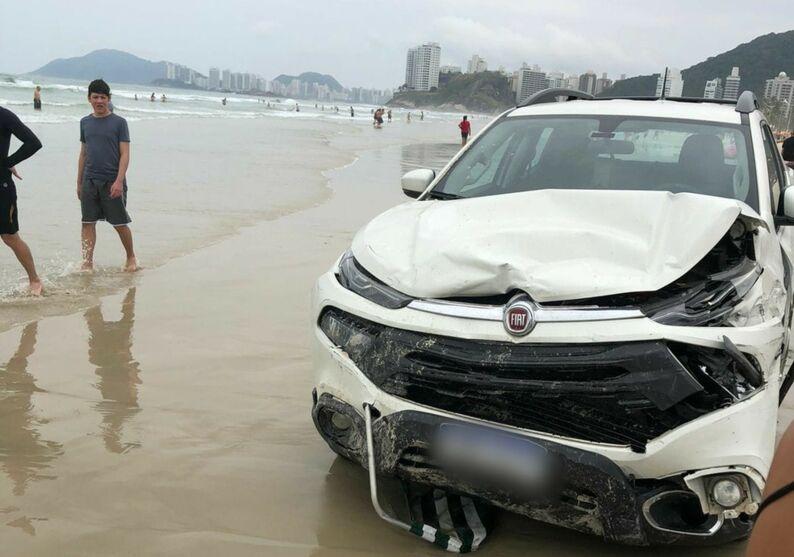 Carro desgovernado foi danificado