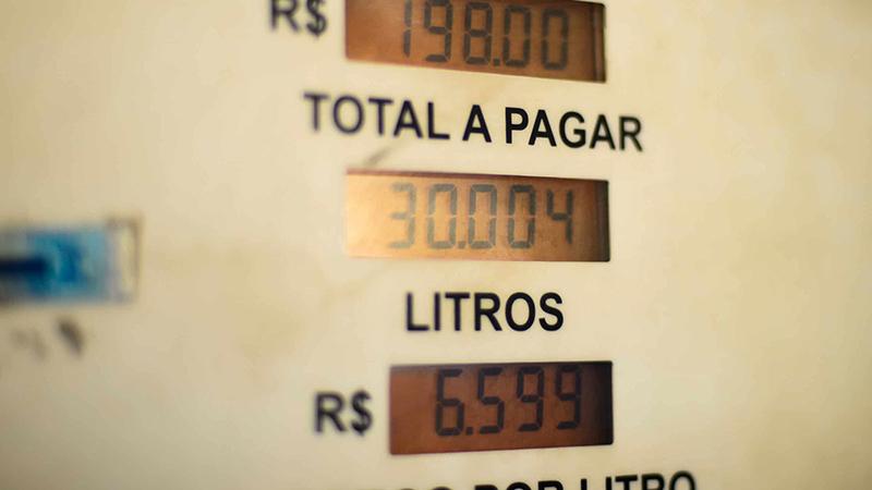 Preço dos combustíveis é sempre motivo de farpas entre o presidente Bolsonaro e governadores