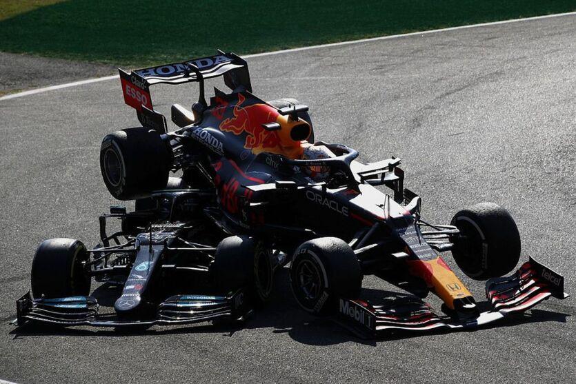 Batida entre Max Verstappen e Lewis Hamilton, ocasionou a saída dos dois no GP de Monza.
