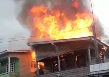 Casa ficou completamente destruída e outras duas também foram atingidas