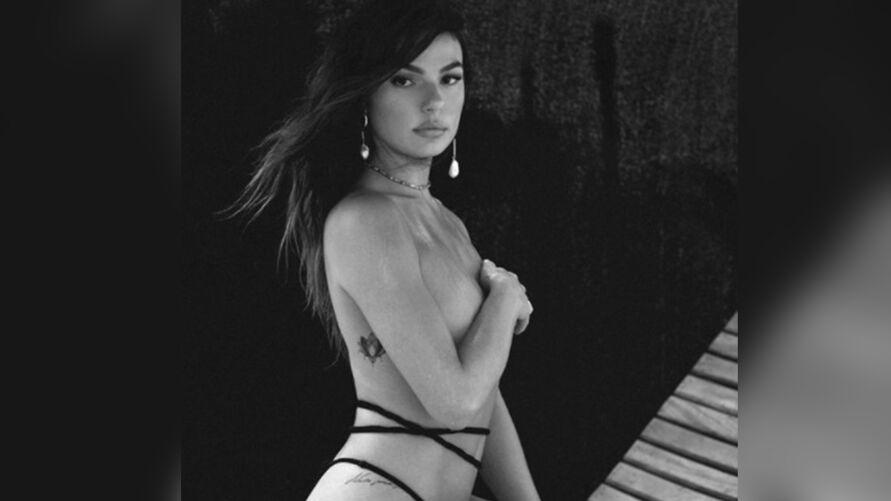 """Imagem ilustrativa da notícia: Isis Valverde sensualiza de biquíni: """"a mais linda do país"""""""