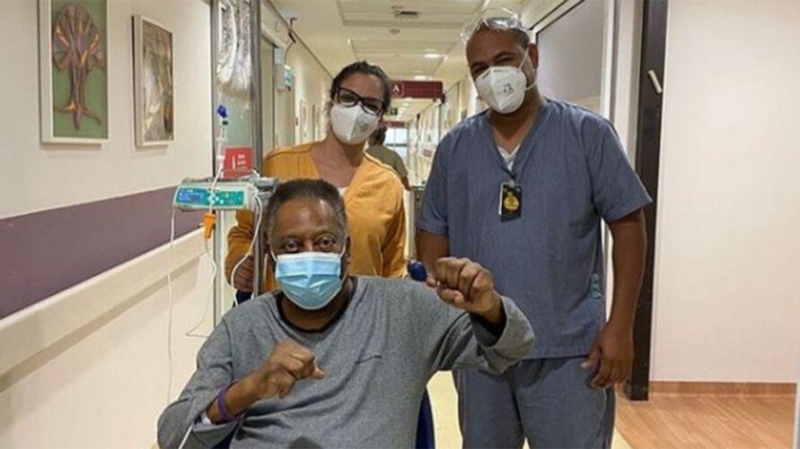 Pelé vem reagindo bem ao tratamento, apesar de estar internado no hospital